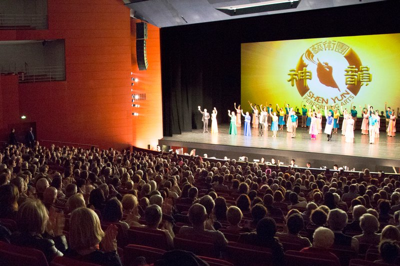2017年3月17日,美國神韻世界藝術團在法國南部的普羅旺斯地區艾克斯(Aix-en-Provence)大劇院的首場演出,全場爆滿,幾乎座無虛席。(章樂/大紀元)