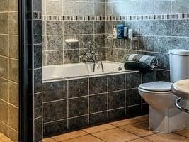 在浴室為iPhone充電 英國男子觸電身亡