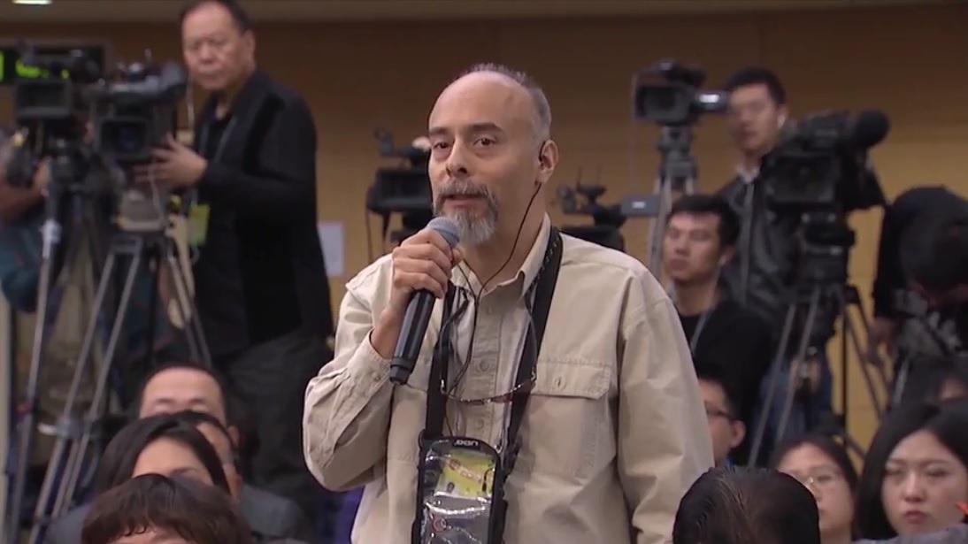 美國國家公共廣播電台記者孔安(Anthony Kuhn)在兩會期間的記者會上,用流利的中文提問。(NPR網絡視像擷圖)