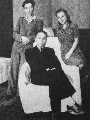 1967年11月21日,劉少奇長子劉允斌深夜離家臥軌自殺,半個頭顱被碾碎,年僅43歲。圖為劉少奇同劉允斌、劉愛琴在一起。(網絡圖片)