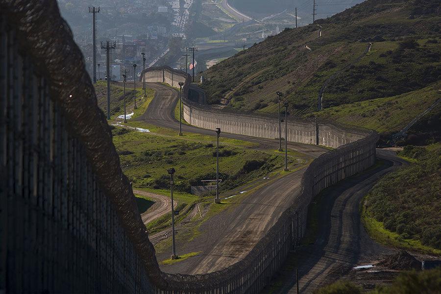 根據美國聯邦政府3月17日公告,未來特朗普想要的美麗宏偉美墨邊境牆,可能高達30英尺(約9米)。(DAVID MCNEW/AFP/Getty Images)