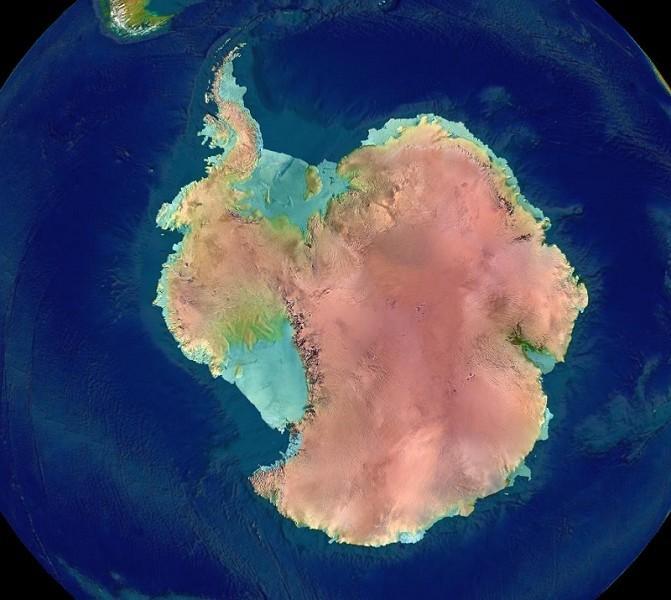 南極洲衛星圖,顯示現在的南極大陸被冰雪覆蓋,冰層下為土地。圖中綠色部份是冰架。(NASA)
