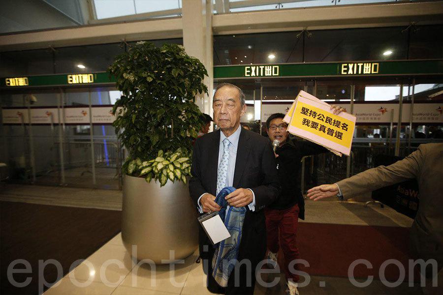 選委夏佳理進場時遇到抗議人士。(李逸/大紀元)