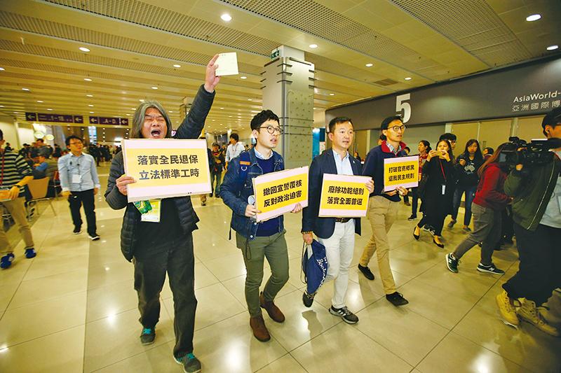 數團體到選委論壇示威