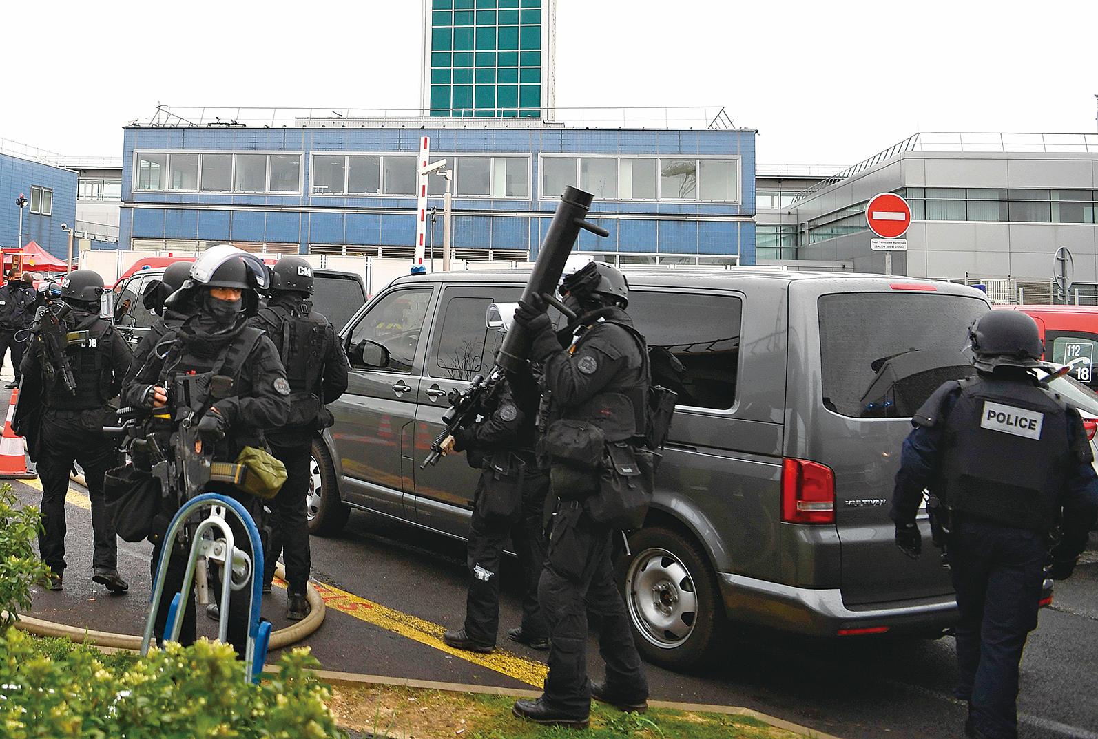 法國巴黎奧利機場(Orly Airport)大約當地時間3月18日上午8時30分,一名嫌疑人搶奪巡邏士兵的武器,在機場商店尋找掩蔽時,被保安人員擊斃。(AFP)