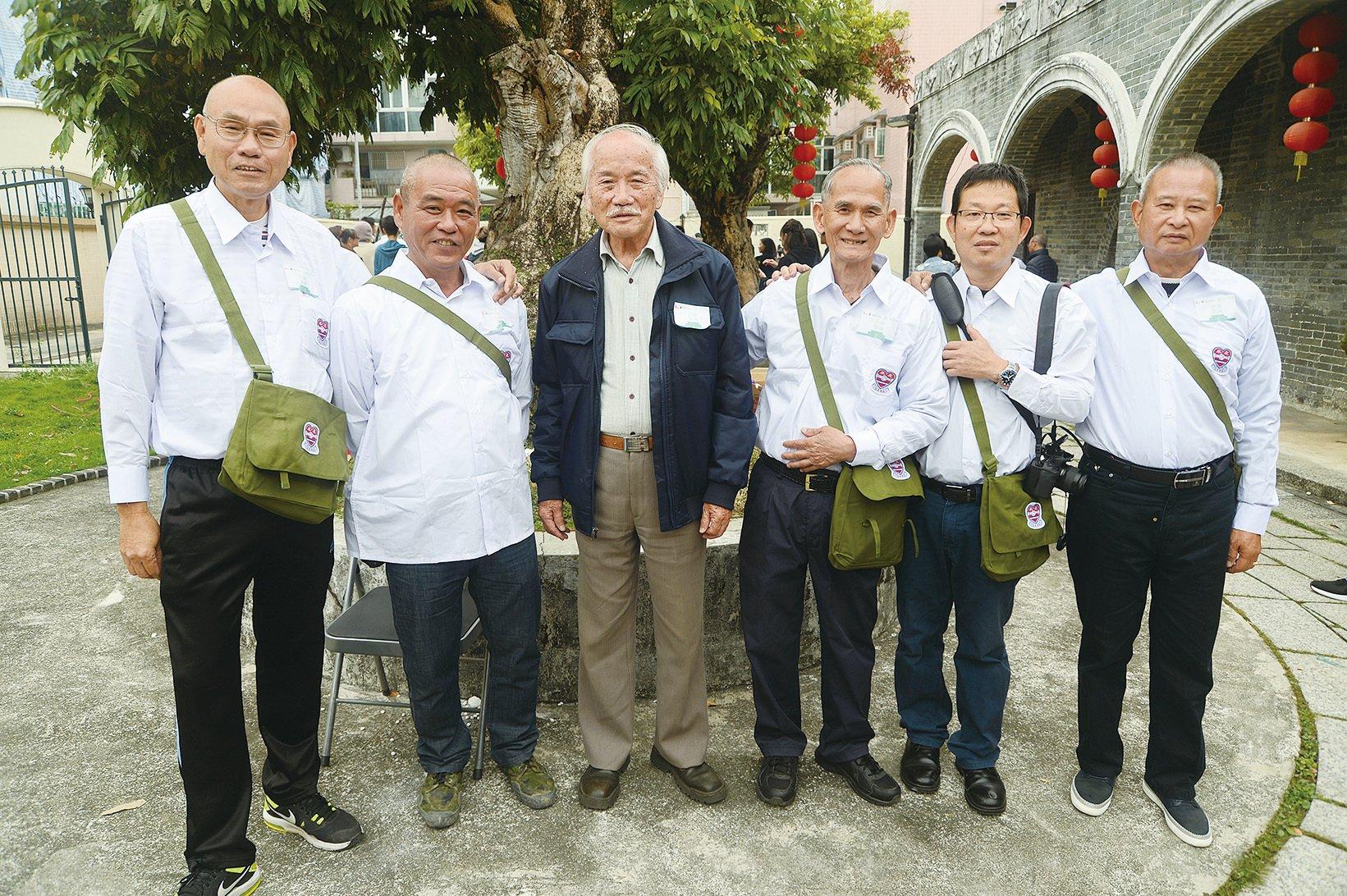 左至右:友恭學校舊生翁先生、江先生、校長鄧永成,校友右二鄧先生、右一鄧鐸彬。(宋碧龍/大紀元)