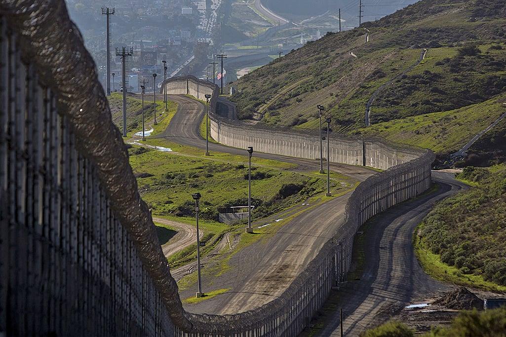 根據美國聯邦政府3月17日公告,未來特朗普想要的美麗宏偉美墨邊境牆,可能高達30呎(約9米)。(AFP)
