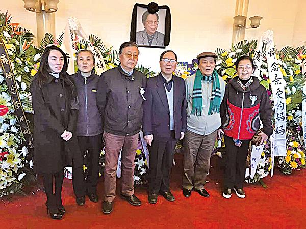 3月12日,平時非常低調的胡耀邦次子劉湖(左三)也現身胡宅拜祭。左四、左二是胡耀邦三子胡德華夫婦。(RFA)