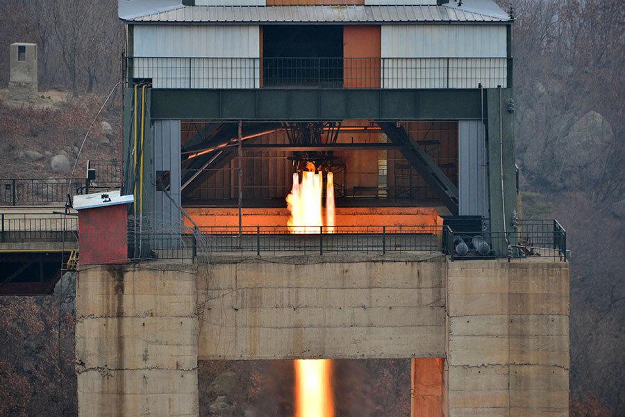 北韓官媒周日(19日)再傳出,軍方火箭部門成功進行新型高功率火箭發動機點火測試。(STR/AFP/Getty Images)