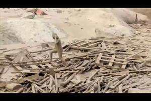 驚險!秘魯女子渾身泥水 從泥石流中逃生
