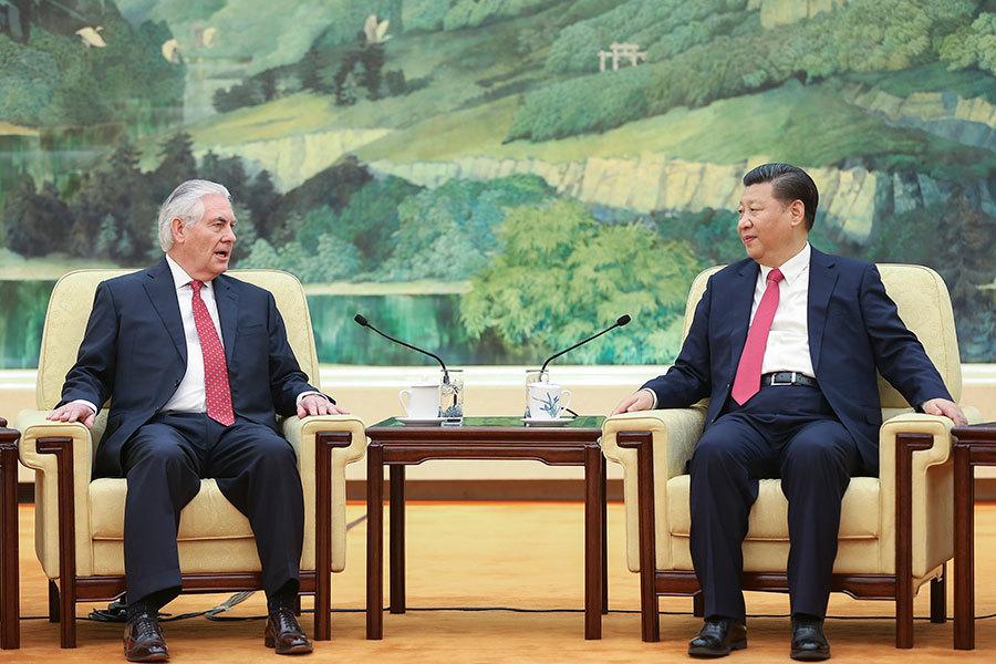 美國國務卿蒂勒森和中共主席習近平周日(3月19日)拋開分歧,公開展示合作姿態。(Lintao Zhang/Getty Images)