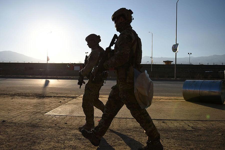 近年,幾名美國軍人在阿富汗所謂的內部攻擊當中被殺死。(WAKIL KOHSAR/AFP/Getty Images)