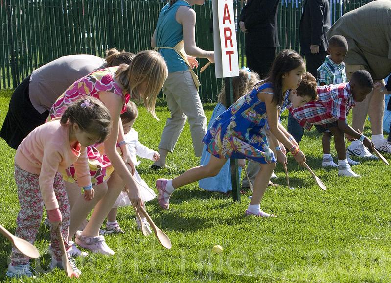 一年一度的美國白宮復活節滾彩蛋活動,是美國孩子們的快樂節日。美國第一家庭會邀請小朋友們在白宮南草坪滾蛋。(李莎/大紀元)