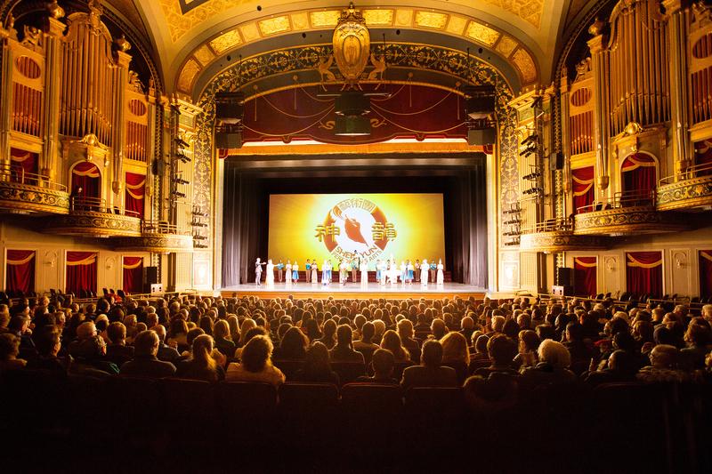 3月18日下午,美國神韻北美藝術團在美國康乃狄克州沃特伯里派雷斯劇院(Palace Theater)首場演出滿場,觀眾心靈深受觸動。(戴兵/大紀元)