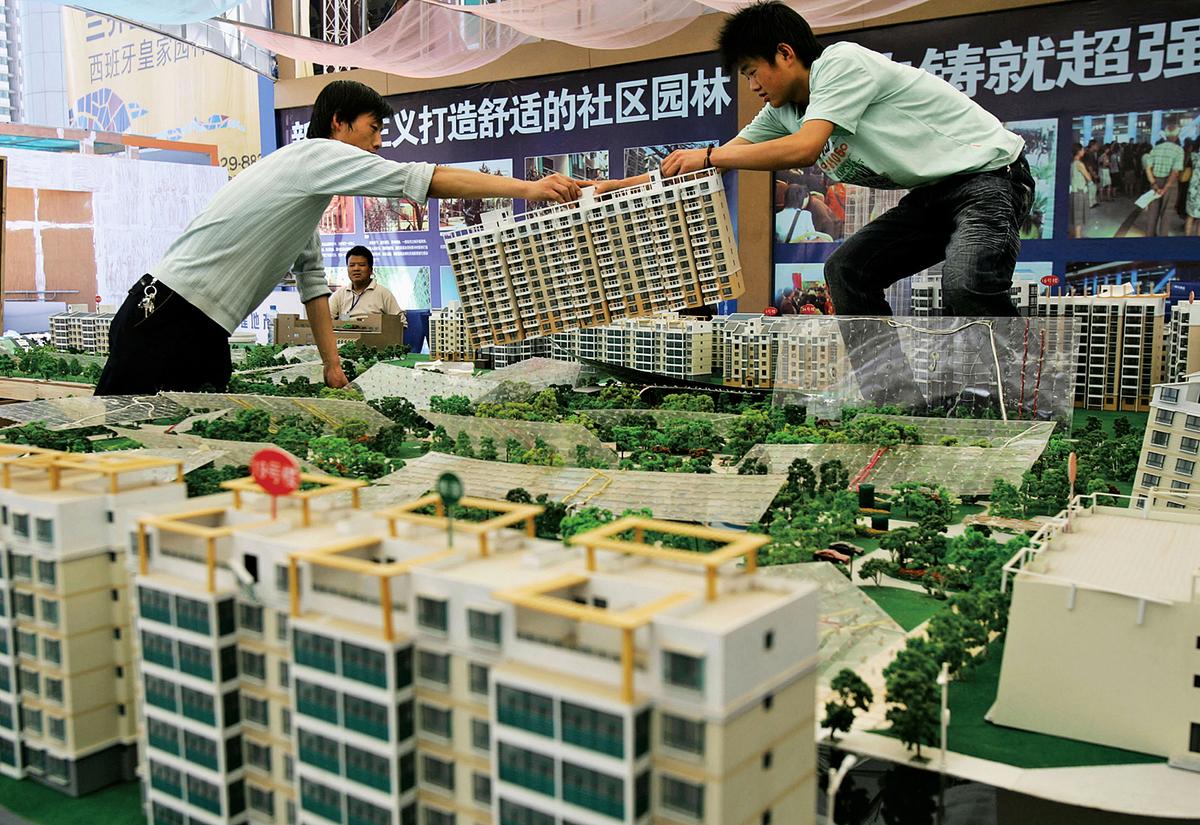 近幾個月中共對房地產加碼調控,市場關注多變的樓市政策對A股的影響。圖為西安一處樓市展示場。(Getty Images)