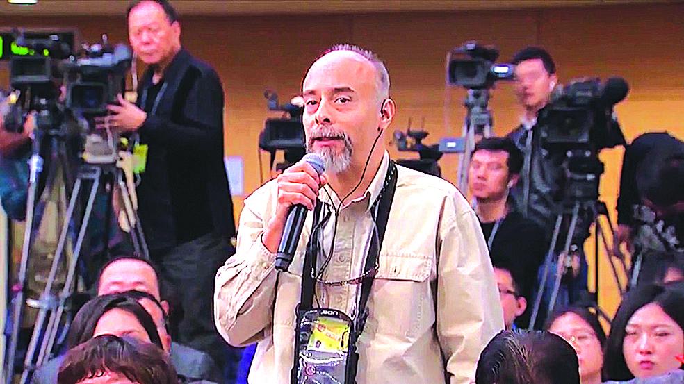美國記者孔安在兩會新聞發佈會上,用流利中文提問。(影片截圖)
