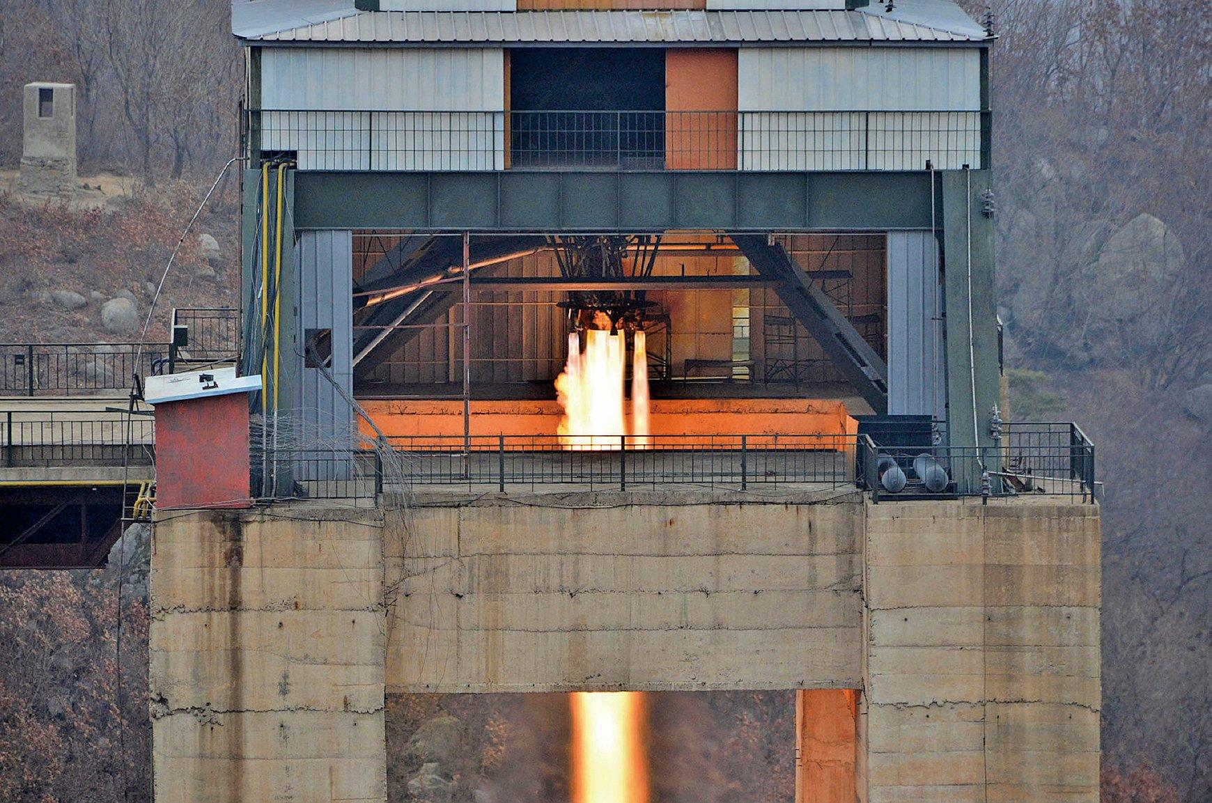 北韓官媒周日(19日)再傳出,軍方火箭部門成功進行新型高功率火箭發動機點火測試。(AFP)