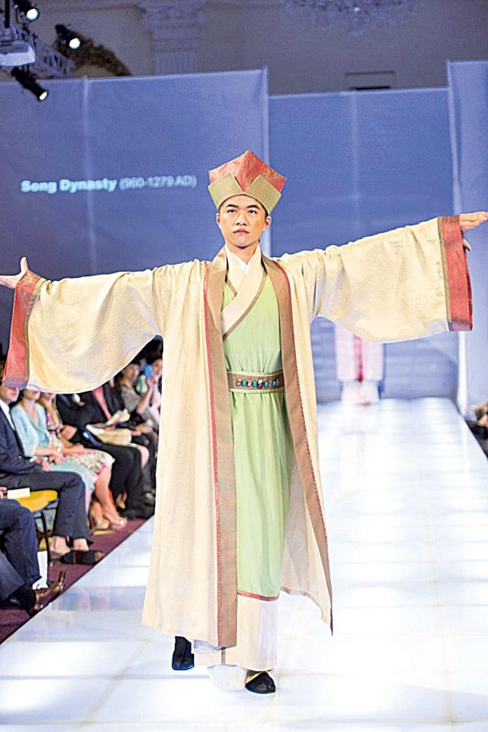 上圖為新唐人電視台主辦的第四屆全球漢服回歸設計大賽中展示的漢服。(大紀元資料圖片)