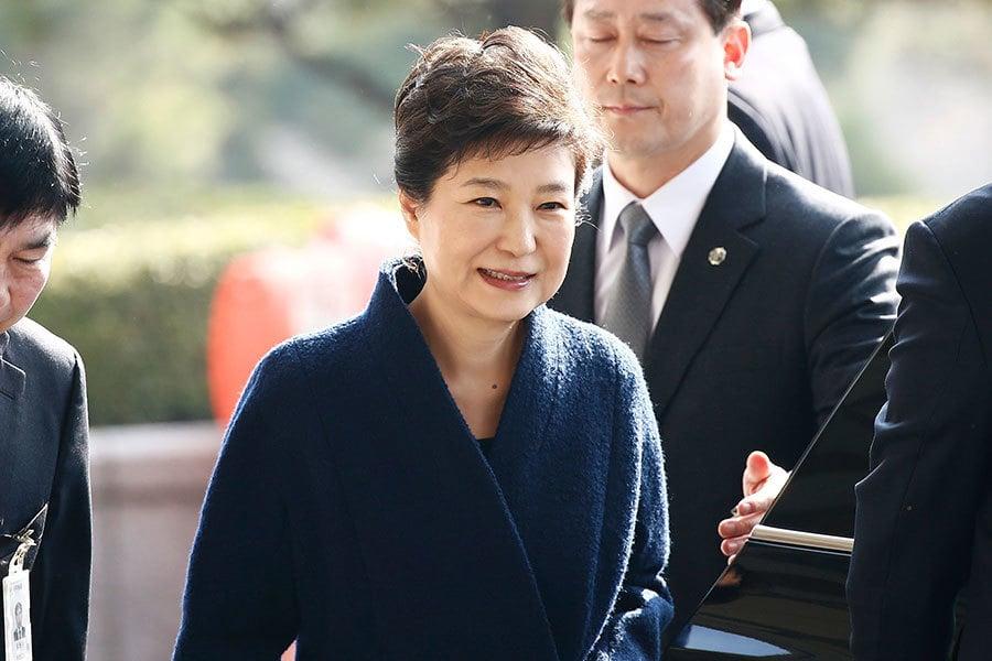 路透社報道,目前仍未被羈押的朴槿惠,上周接受檢方長達14小時訊問。若法院同意核發逮捕令,朴槿惠將成為南韓第3位於調查期間被關入看守所的前總統。(Jeon Heon-Kyun-Pool/Getty Images)