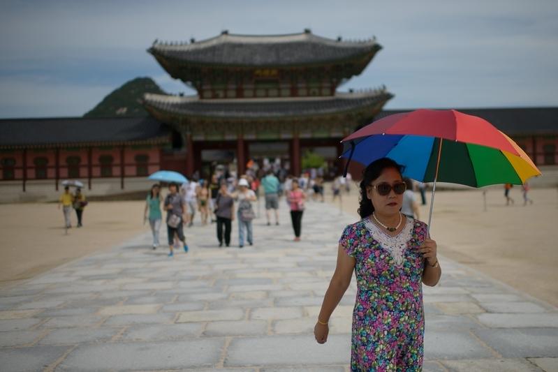 因「薩德」反導系統,中共限制大陸旅客赴韓旅遊。圖為2014年8月27日,南韓首爾景福宮中國遊客。(ED JONES/AFP/Getty Images)