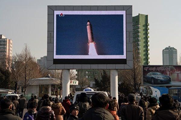2017年2月13日平壤民眾觀看北韓發射導彈的報道。(KIM WON-JIN/AFP/Getty Images)
