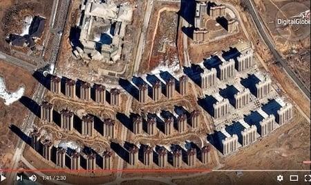 鄂爾多斯的東升鎮(被百度稱為部份「鬼城」)有大型的開發區被擱置起來。(Youtube視像擷圖)