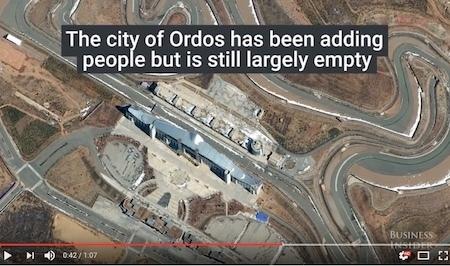 鄂爾多斯是內蒙古另一個臭名昭著的「鬼城」。據報道,人員正進駐該市,但仍有很多未售出的住房和未完工的項目。(Youtube視像擷圖)