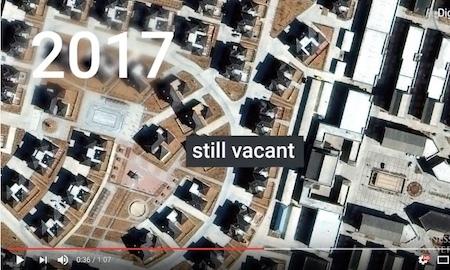 2017年,仍然空空如也的街道充斥著「麥克豪宅」。(Youtube視像擷圖)