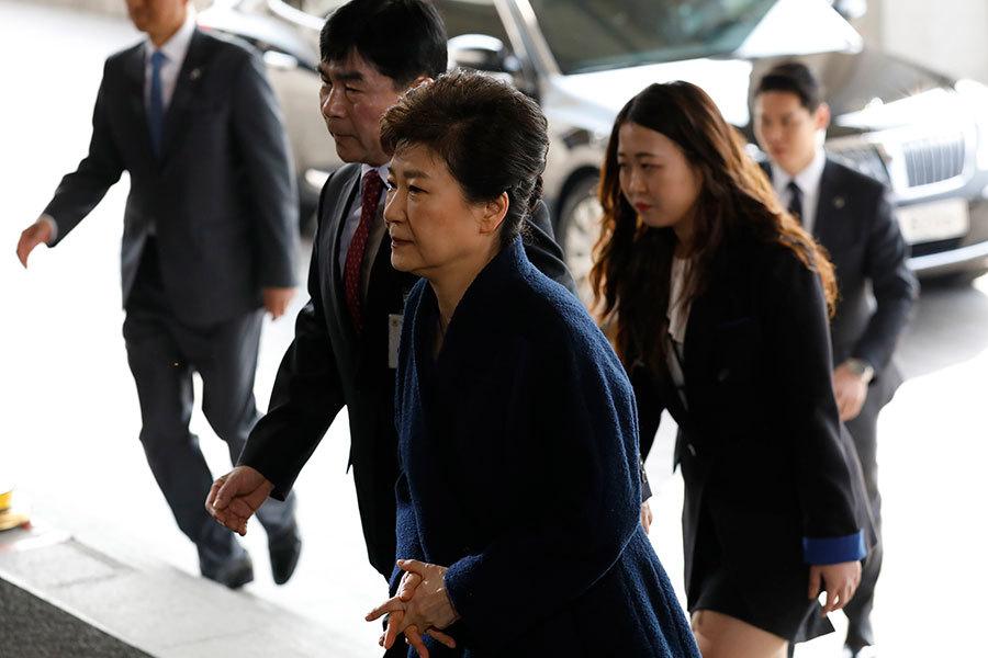 被彈劾下台的南韓前總統朴槿惠今天(21日)應要求前往首爾中央地方檢察廳接受調查。(AFP PHOTO / KIM HONG-JI)