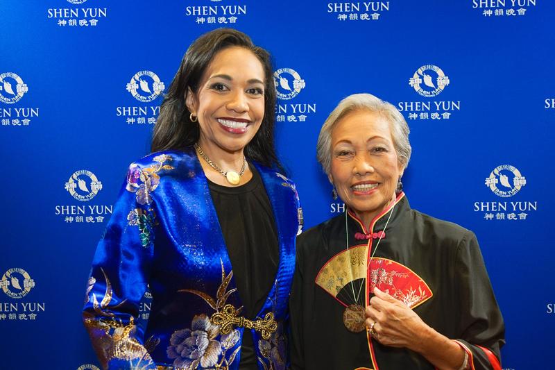 企業家Katrina Lim(左)和母親Gloria Lim希望神韻能一代代傳下去。(新唐人電視台)