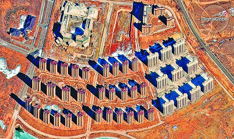 鄂爾多斯許多地區看上去已停止施工,也沒有甚麼居民。(影片截圖)