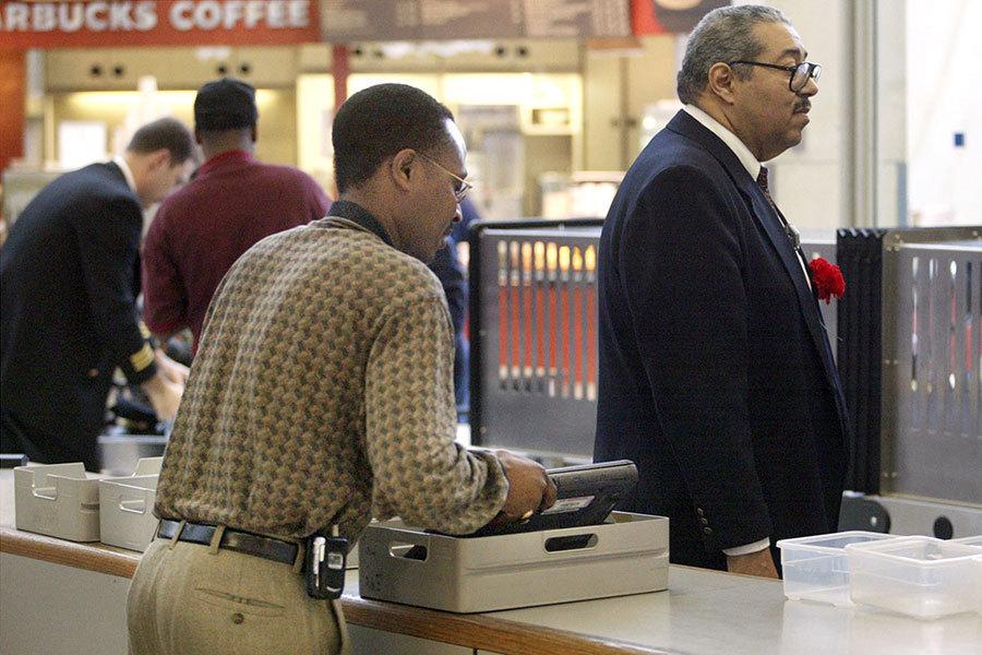 任何受此禁令影響的電子設備將需要放置在託運行李箱中,並在乘客通過機場安全之前進行檢查。(Getty Images)