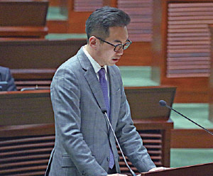 公民黨楊岳橋早前在立法會新界東補選勝出,他昨日在立法會秘書處秘書長陳維安的監誓下,正式宣誓就任。(潘在殊/大紀元)