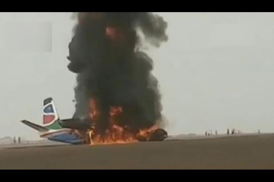 南蘇丹小型客機飛機降落時起火。(視像擷圖)