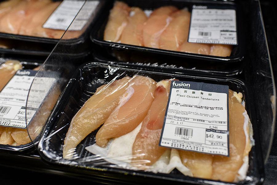 受巴西黑心肉風暴影響,本港多間超市、食肆都宣佈暫停供應巴西肉類。圖為本港一超級市場出售的巴西雞肉。(NTHONY WALLACE/AFP/Getty Images)
