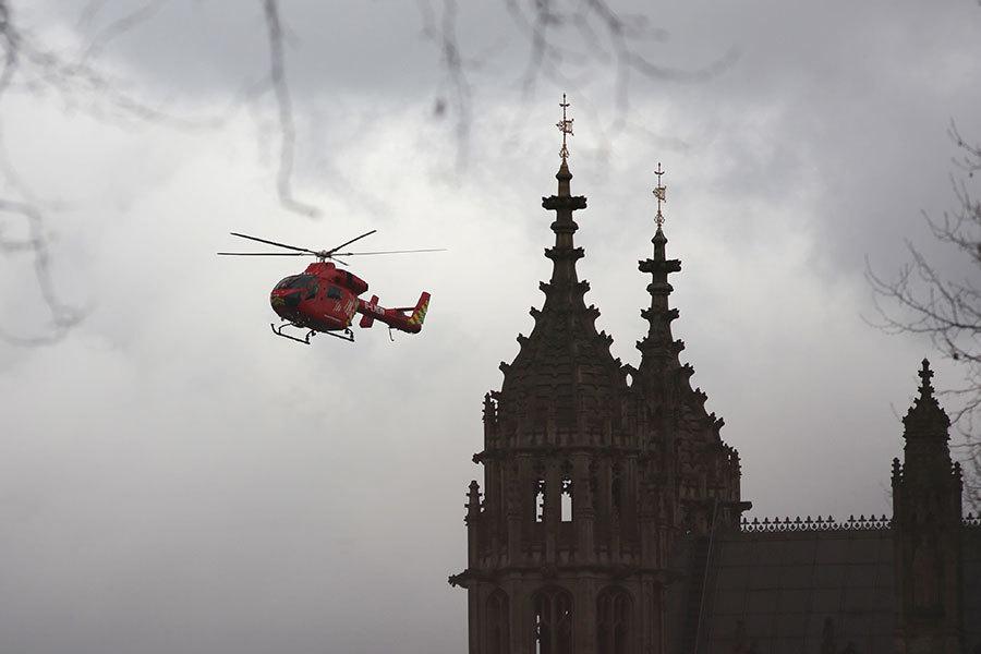 位於倫敦市中心的英國議會大樓外傳槍響。官員及新聞工作者紛紛發推文說,聽到由議會大樓外傳來巨大聲響。(DANIEL LEAL-OLIVAS/AFP/Getty Images)