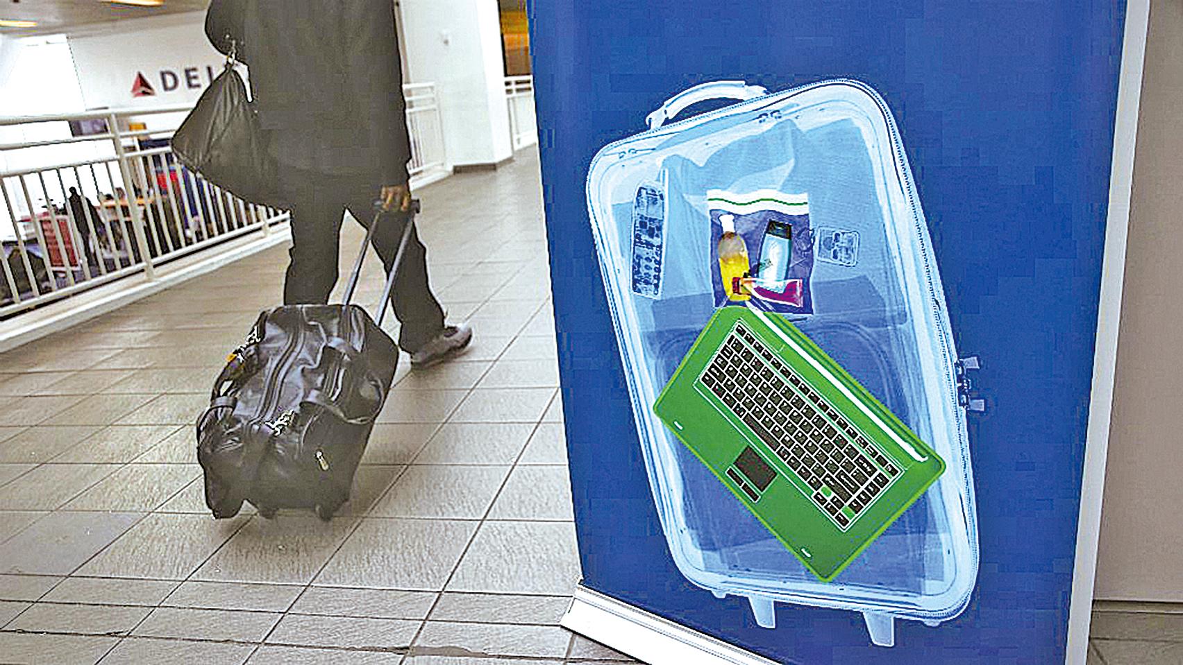 手提電腦等電子產品都需要放入托運行李中。(Getty Images)