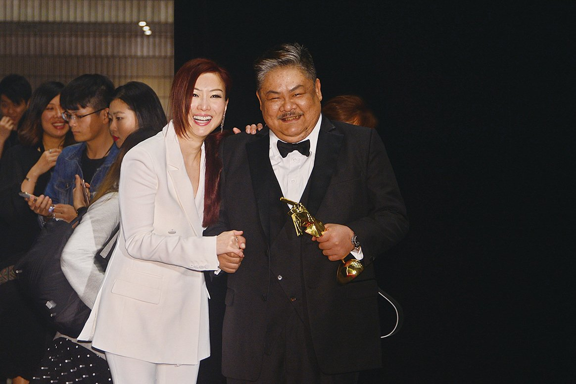 鄭秀文獲卓越電影人大獎,與憑《樹大招風》得最佳男配角獎的林雪互相祝賀。(宋碧龍/大紀元)
