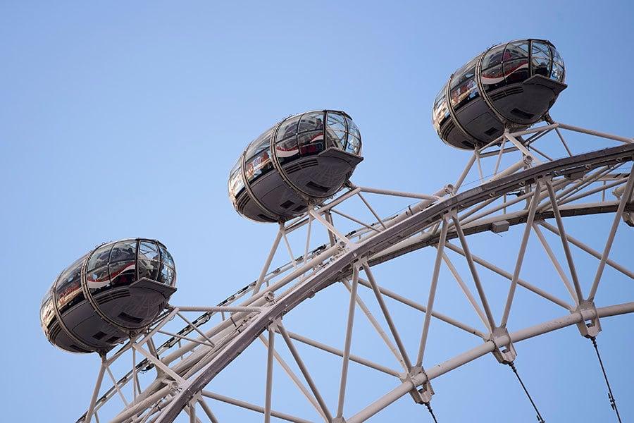 摩天輪倫敦眼暫時關閉,不准遊客進出。一名遊客在當地時間大約下午4時42分發推文說,還待在摩天輪上(估算已接近2個小時了)。(NIKLAS HALLE'N/AFP/Getty Images)