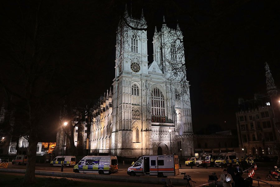夜幕低垂,議會大樓外警車仍未離去。(Jack Taylor/Getty Images)