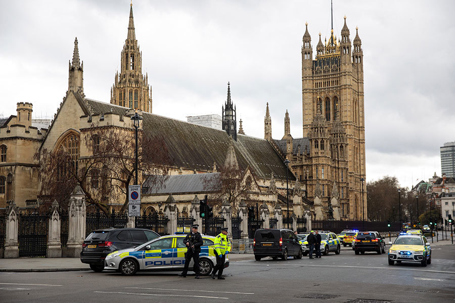 恐怖襲擊發生時,文翠珊首相正在議會大樓内。警方立即將首相帶離議會大樓,顧送回首相府。議員們則被鎖在大樓内直到警方解除警報。(Jack Taylor/Getty Images)