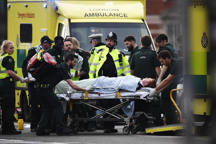 英國國會大樓23日驚傳恐襲,凶手開車衝撞人群後又持刀刺殺1名警員,該警員最後傷重死亡。(Carl Court/Getty Images)