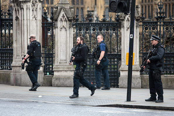 襲擊發生後,武裝人員在國會大樓外巡邏。(Jack Taylor/Getty Images)