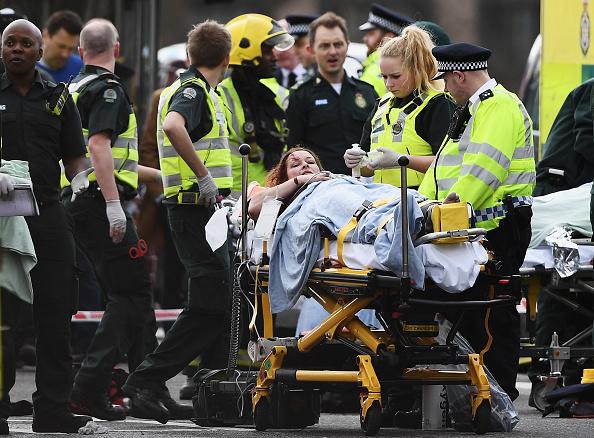 醫護人員在救助被襲擊者傷到的公眾。(Carl Court/Getty Images)