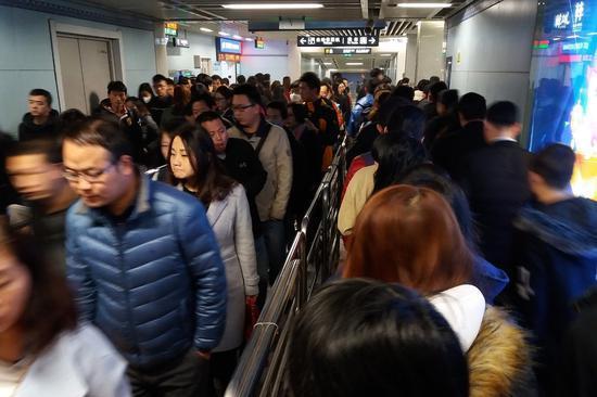 西安市政府召開新聞發佈會,公佈了地鐵3號線問題電纜抽檢結果和相關問題調查進展情況。這條開通僅五個月的地鐵新線路,每天的客流量是34.5萬人。 (網絡圖片)