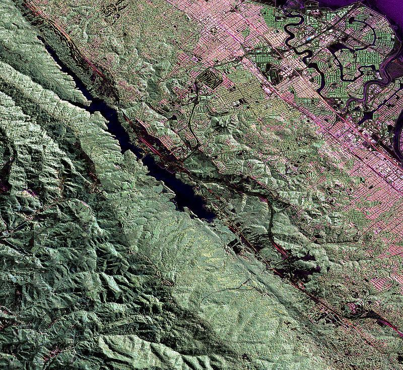 聖安德烈亞斯斷層上一次已知強震是發生於1857年,但附近斷層過去2000年發生3宗地震,讓洛杉磯巿區界限外土地下陷深達3英尺。(維基百科公有領域)