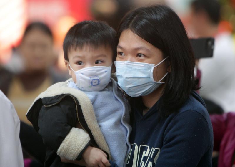 昨日一名六歲男童流感死亡,是今年首宗兒童死亡個案。食物及衛生局局長高永文表示,今年流感兒童較受影響,當局和醫管局會繼續密切監察。(大紀元資料圖片)