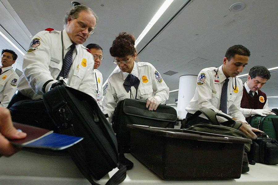 電子設備如果放進托運行李,可能被竊、損壞或黑客入侵。如何防範,專家提供建議。(Justin Sullivan/Getty Images)