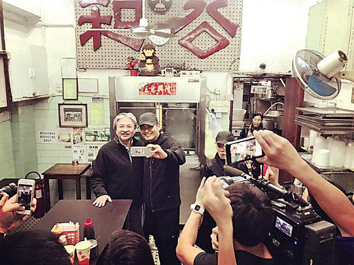 曾俊華在九龍城公和荳品廠巧遇「民間特首」周潤發,並獲對方支持做特首,風頭一時無兩。(George Chen fb)