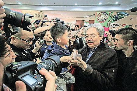 特首候選人曾俊華上周四到訪西九龍中心,受市民簇擁爭相合照。(大紀元資料圖片)